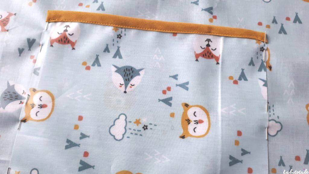fixer la poche avec des épingles sur le tablier