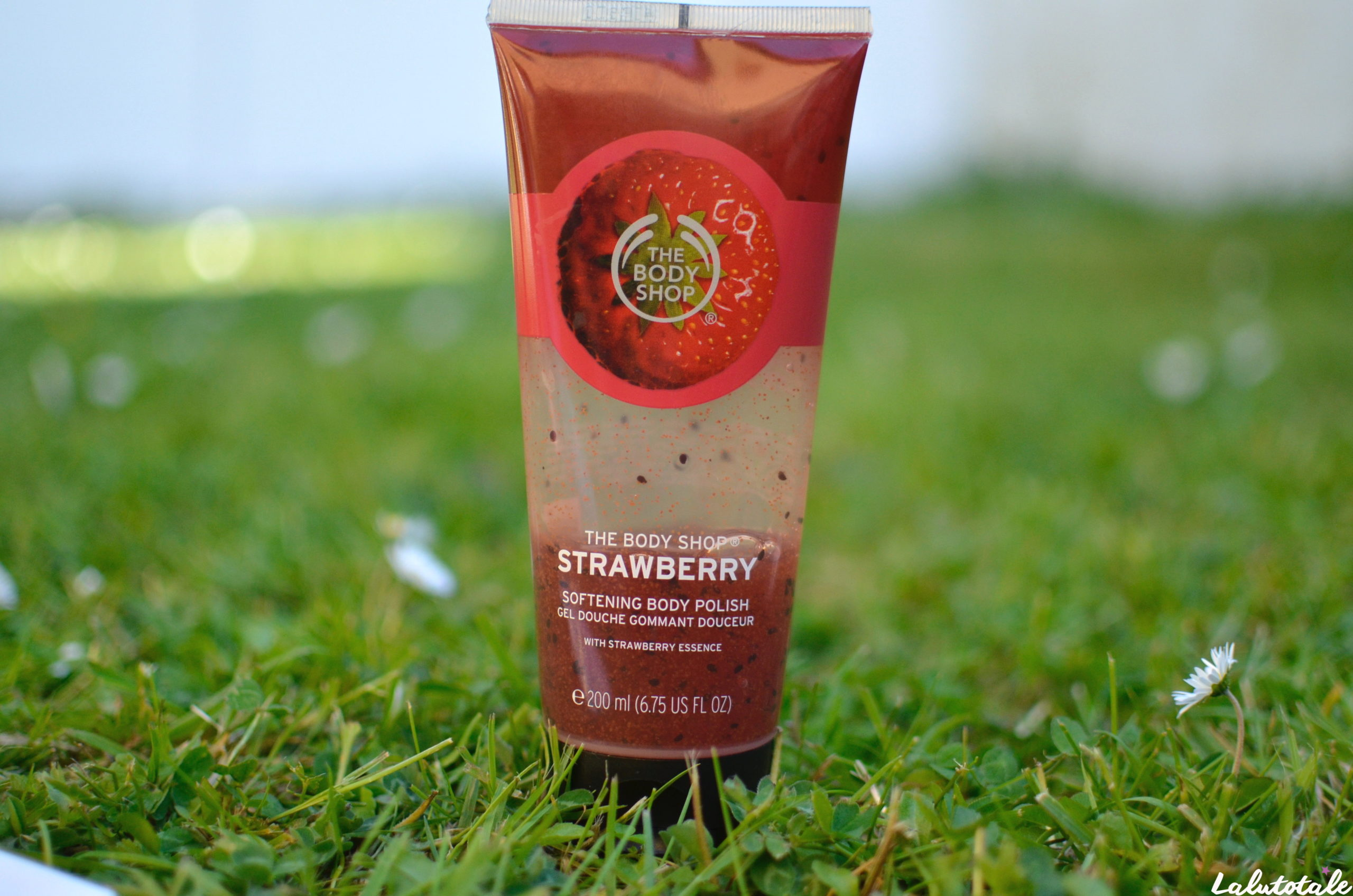 (THE BODY SHOP) Sous ma douche, le gommage ramène sa fraise 🍓.